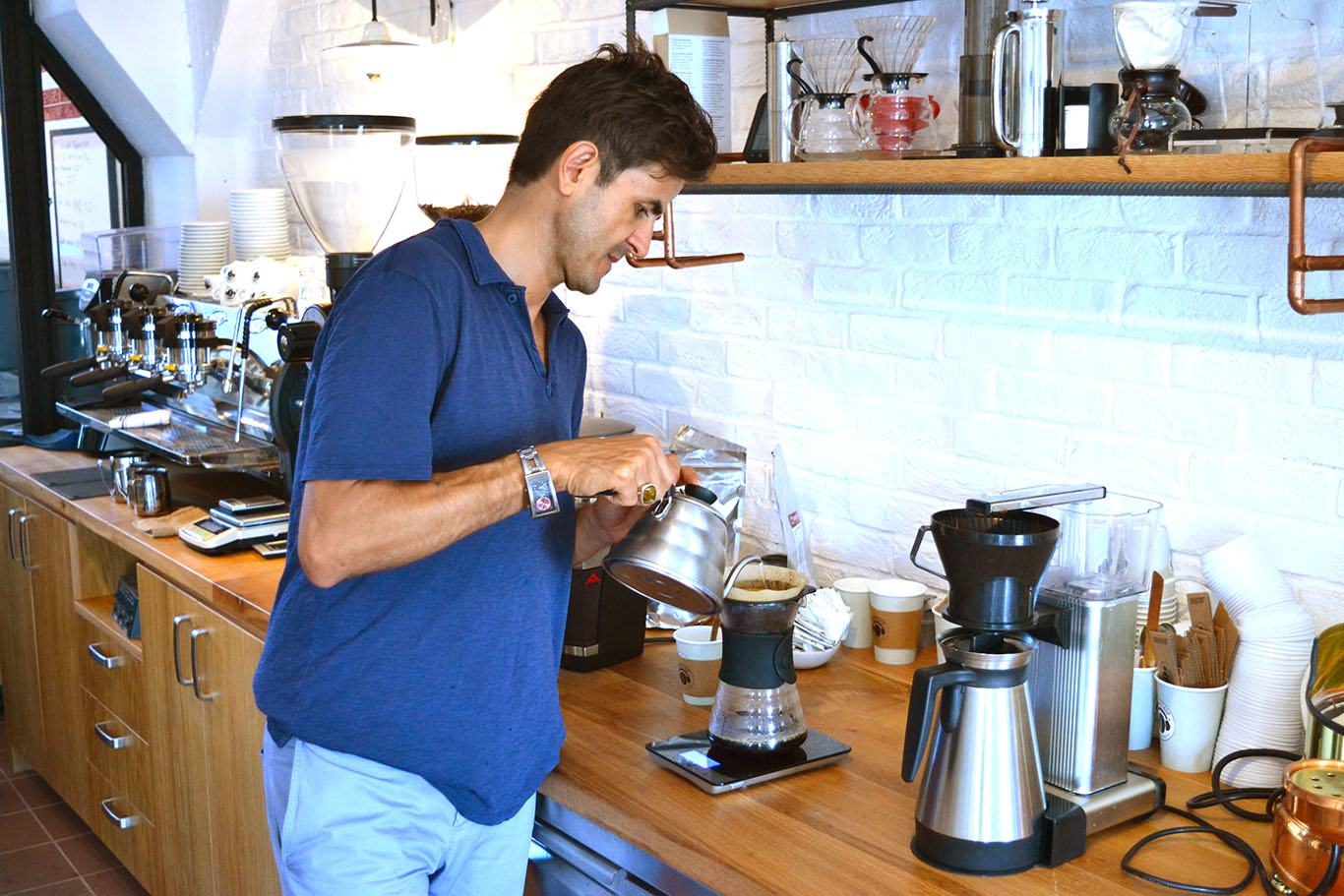 Çağatay Gülabioğlu in the green lab at Kronotrop roaster.